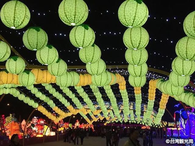 画像: 色とりどりの灯籠が街を彩る元宵節。