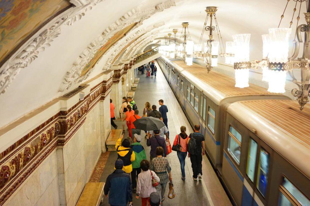 画像: シャンデリアが美しい地下鉄駅のホーム