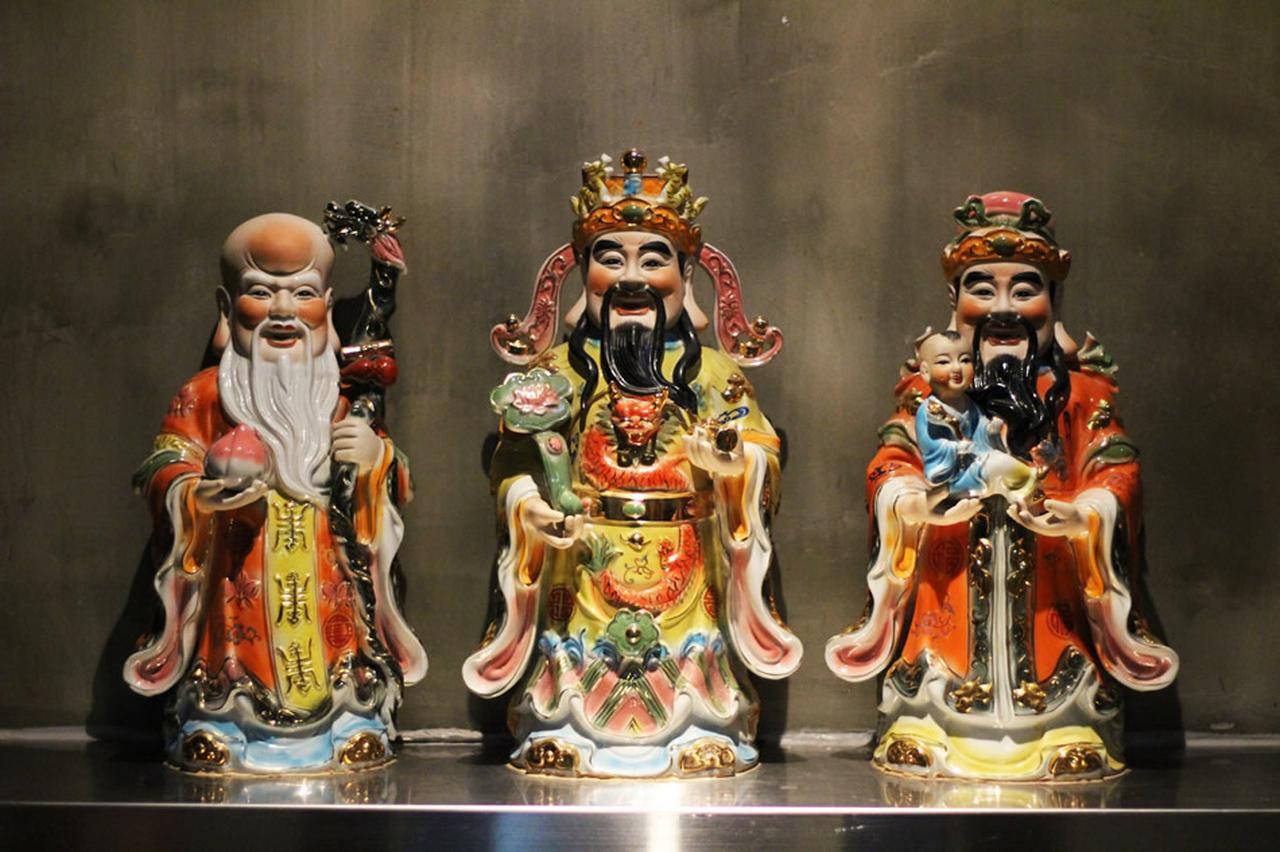 画像: 店の入り口に飾られた3体のオブジェ。「Fu(繁栄)」「Lu(地位)」「Shou(長寿)」を司っている