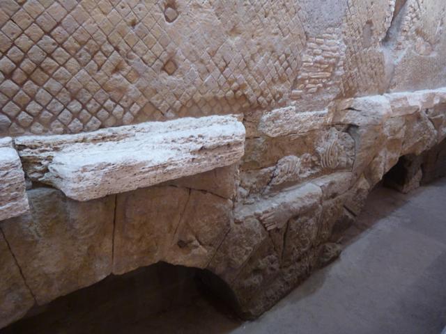 画像: リナシェンテの地下で公開されているローマ時代の水道橋