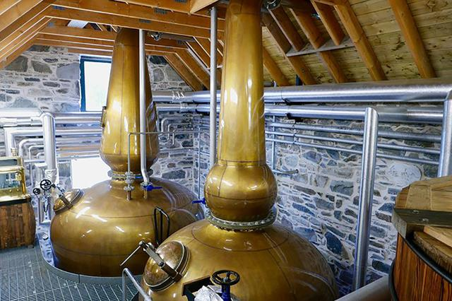 画像: バリンダルロッホ蒸留所にて、発酵させた液体を蒸留させるポットスチル (C)2018, Condé Nast Japan & WOWOW Inc.
