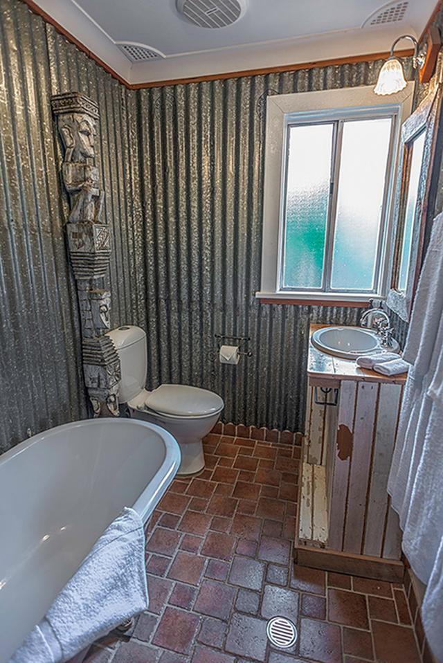 画像: アンティーク調がかわいいロッジ「モー・マナー」のバスルーム © Old Leura Dairy