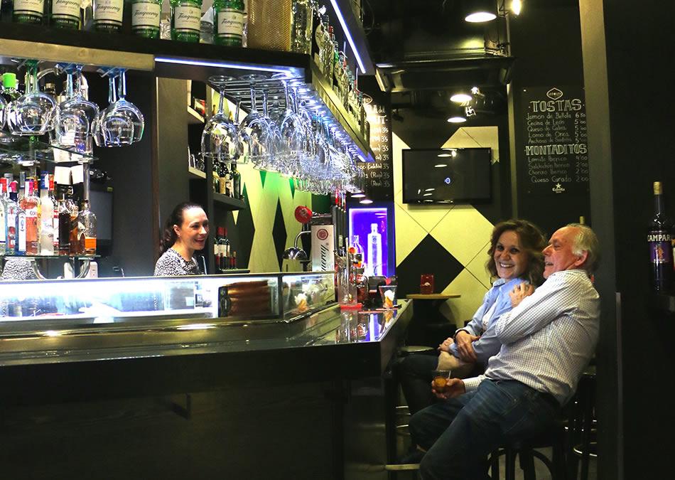 画像: カウンターに座って、会話を楽しむのもバル巡りの醍醐味のひとつ。この店は深夜になるとカクテルバーに変わるので、食前ならベルムー、締めの一杯ならカクテルを、それぞれ味わってみてください。