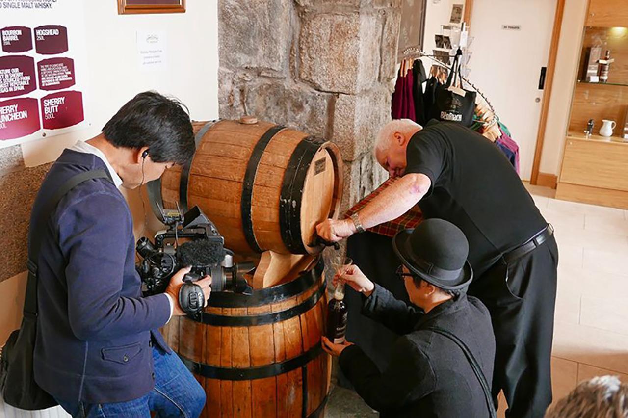 画像: 24年間シェリー樽の中で熟成されていたウイスキーが、ボトルに注がれる (C)2018, Condé Nast Japan & WOWOW Inc.