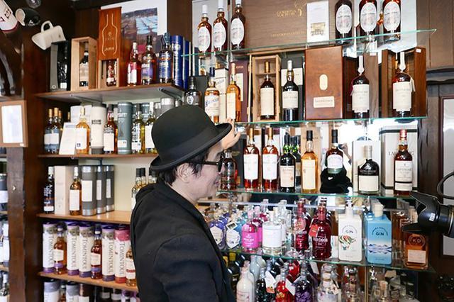 画像: 「ザ ウイスキー キャッスル」にて、すでに閉鎖してしまった蒸留所の稀少なボトルを見るリリーさん (C)2018, Condé Nast Japan & WOWOW Inc.