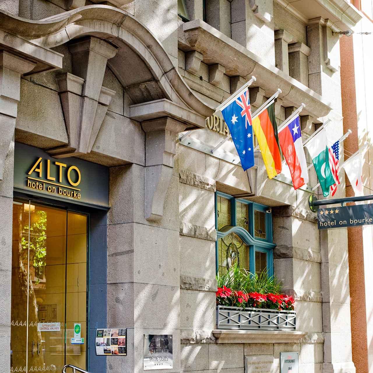 画像: 歴史的な19世紀の建物をそのまま利用した外観 © Alto Hotel on Bourke