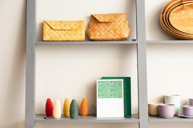 画像: 白樺のバッグ、手づくりのミツロウキャンドル、現地在住日本人デザイナー島塚絵里さんのカレンダーなど
