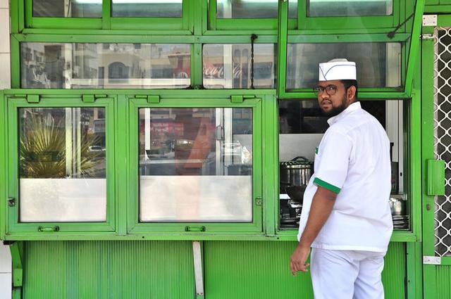 画像: 緑色の看板と外装が目印