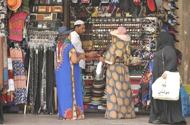 画像: アジア人の店主に、アフリカ、アラブの女性客たち。ドバイの多様性を感じるスークでの一コマ