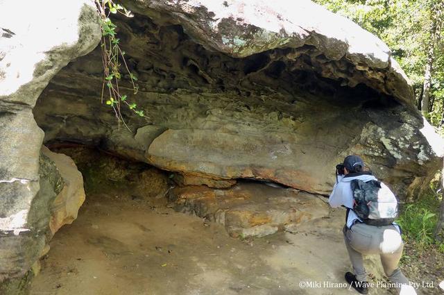 画像: その昔、アボリジニたちが使っていた岩の洞穴