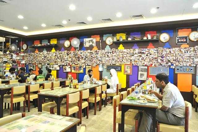 画像: 壁一面に飾られた写真にも注目