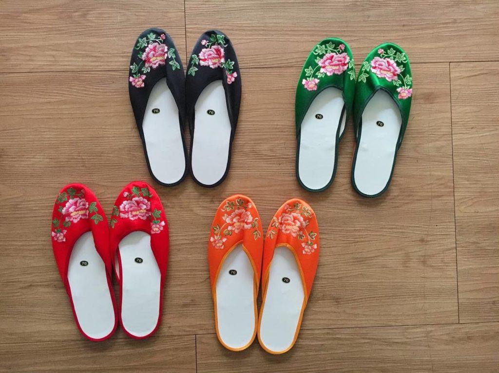 画像1: 好みの一足を宝の山から探し出す。「手工繍花鞋」で女性へのギフトを見つけよう