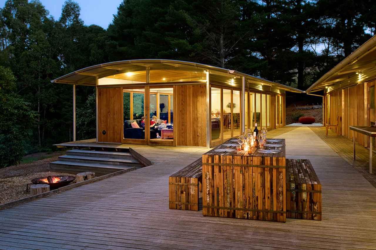 画像: ロッジは木材を使い周囲に溶け込むデザイン © Australian Walking Company