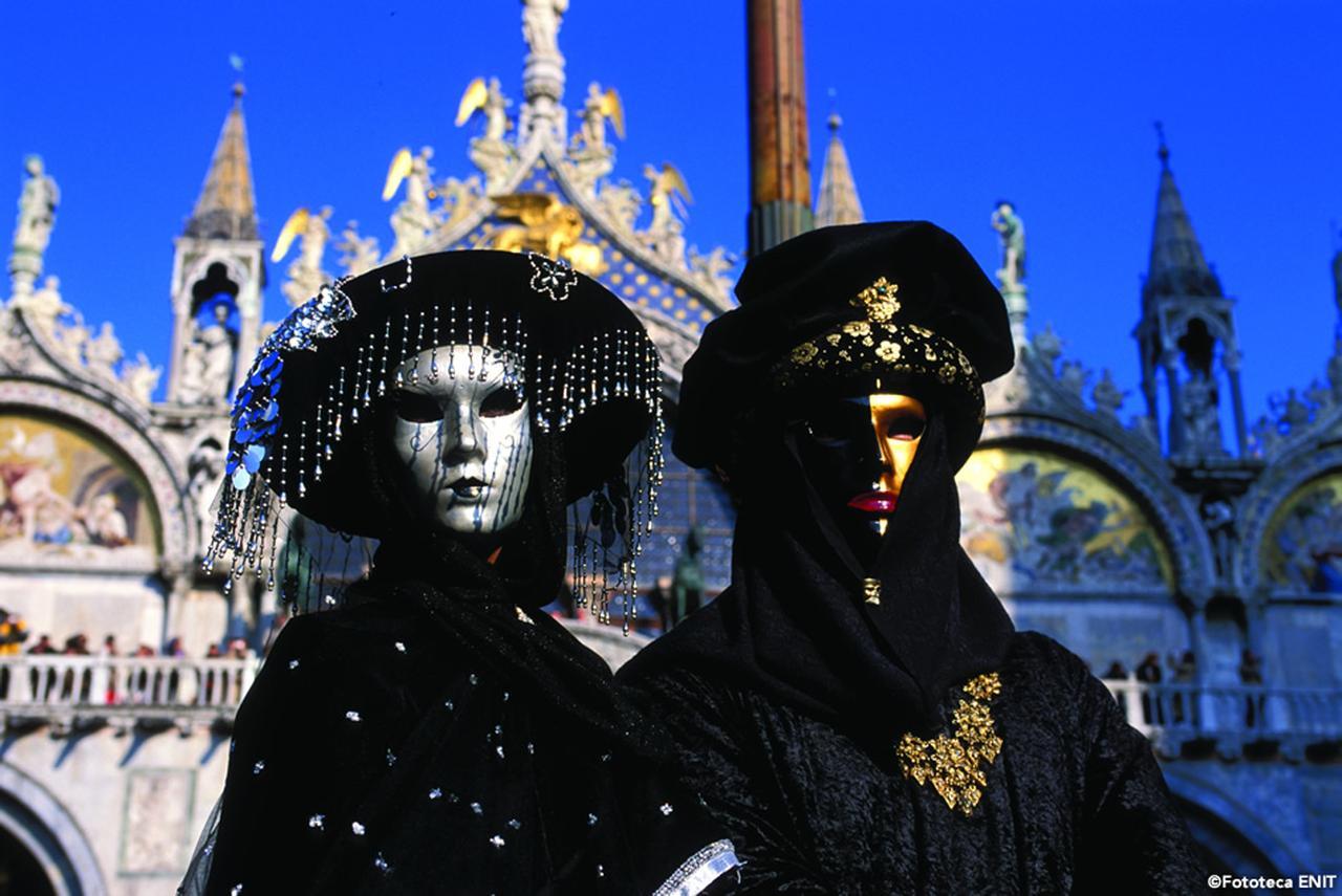 画像: カーニバルやゴンドラ……など、ヴェネツィアならではの体験を。