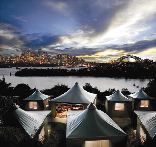 画像: シドニー湾が一望できる絶好のロケーションに設置されたテント型宿泊施設 © Taronga Zoo