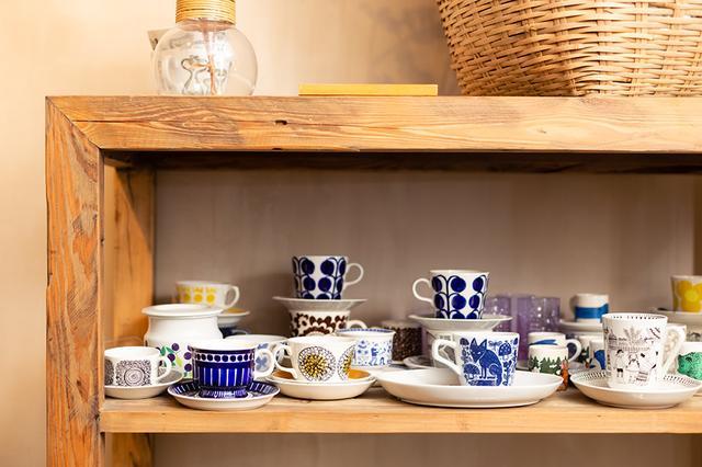 画像: マッティお気に入りのカップは、フィンランドの名窯「アラビア」のヴィンテージのほか、日本のショップ「Kirsikka(キルシッカ)」とコラボした有田焼など一点ものばかり