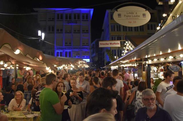 画像: バーデン=ヴュルテンベルク州の州都シュトゥットガルトで行われる大規模なワイン祭『Stuttgarter Weindorf』の様子