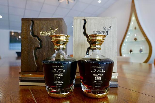 画像: ゴードン&マクファイル社にて、同じ原酒を違う樽で57年間寝かせたという2種類のウイスキーを飲み比べる (C)2018, Condé Nast Japan & WOWOW Inc.