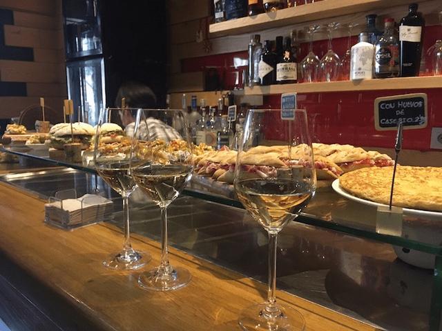 画像: チャコリ。GURE TOKIではワイングラスで注がれるが、底の平らなタンブラーグラスでサーブするバルも多い