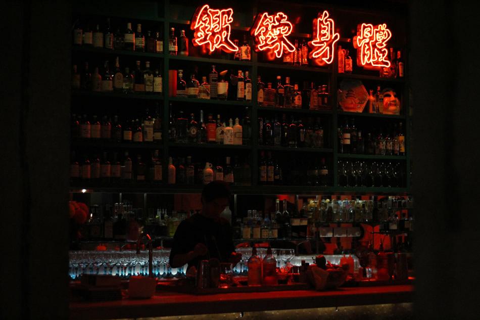 画像: 赤い照明に包まれた店内でひときわ目を惹くネオンライト