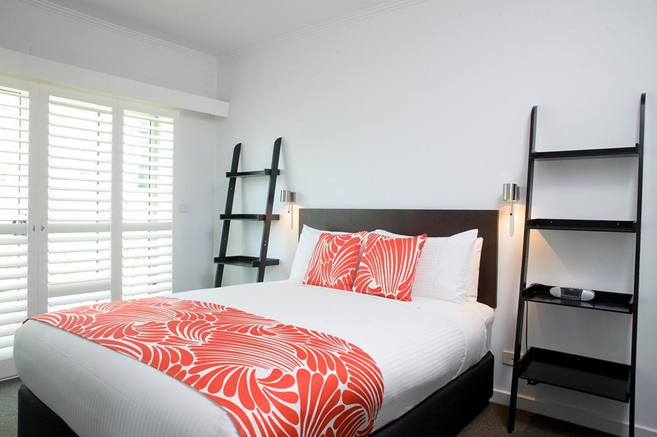 画像: シンプルで心地よいベッドルーム © Alto Hotel on Bourke