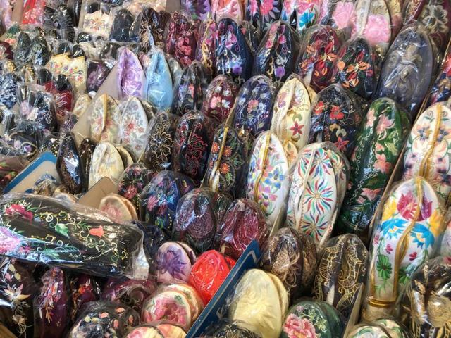 画像3: 好みの一足を宝の山から探し出す。「手工繍花鞋」で女性へのギフトを見つけよう