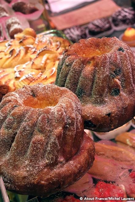 """画像: アルザスを旅するなら、この地方に根付いた""""食""""は大きな楽しみのひとつ。ドイツ料理の豪快さとフランス料理の繊細さを兼ね備えた珠玉のグルメには、アルザスの伝統が息づいています。"""