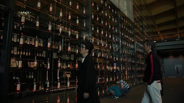 画像: マッカラン蒸留所で過去につくられたウイスキーのボトルが数メートルの高さまで展示されている (C)2018, Condé Nast Japan & WOWOW Inc.