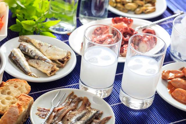 画像: 地中海のおいしい魚介類をつかった小皿料理などとともにいただく