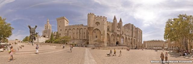 画像: 14世紀には教皇庁が置かれ、ユネスコ世界遺産に登録された、アヴィニョン地区最大のゴシック様式の教会。