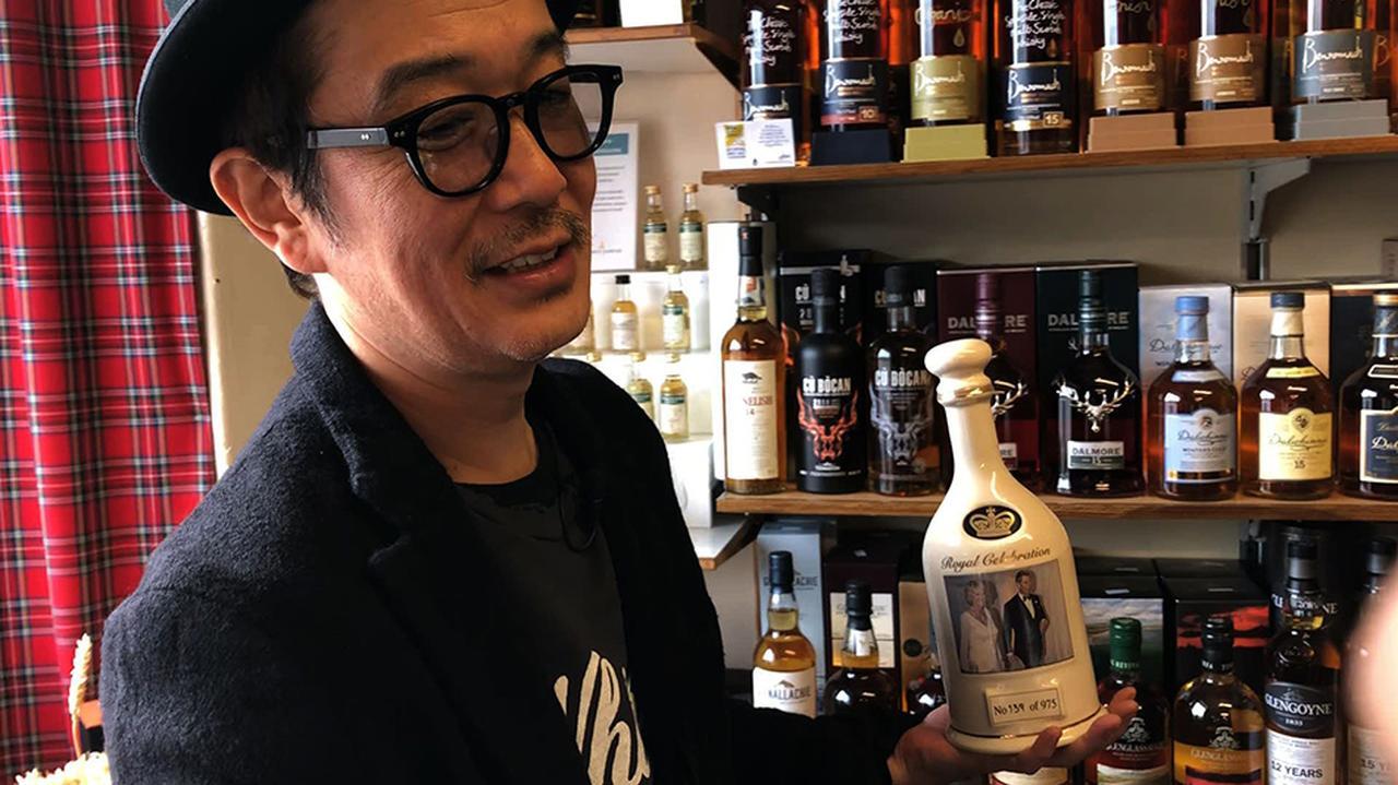 画像: チャールズ王子がカミラ夫人と再婚した際につくられた記念ボトルを見つけて衝動買いするリリーさん (C)2018, Condé Nast Japan & WOWOW Inc.
