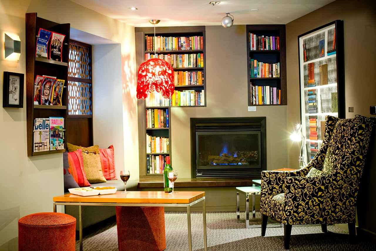 画像: ゲストがきままに寛げる読書スペース © Alto Hotel on Bourke