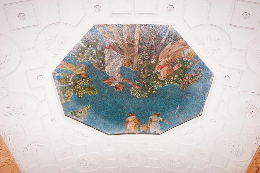 画像: ノヴォクズネツカヤ駅の天井画のひとつ