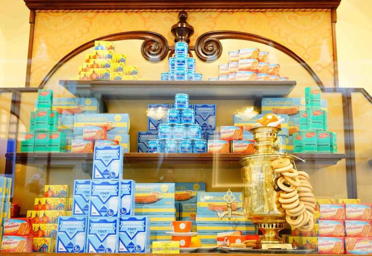 画像: 1Fの食料品売場には、共産主義時代から変わらない、かわいいパッケージデザインの商品がディスプレイ