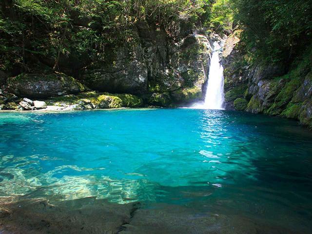 画像: 16:10 透明度の高い「仁淀ブルー」が見られる滝つぼ、にこ淵へ