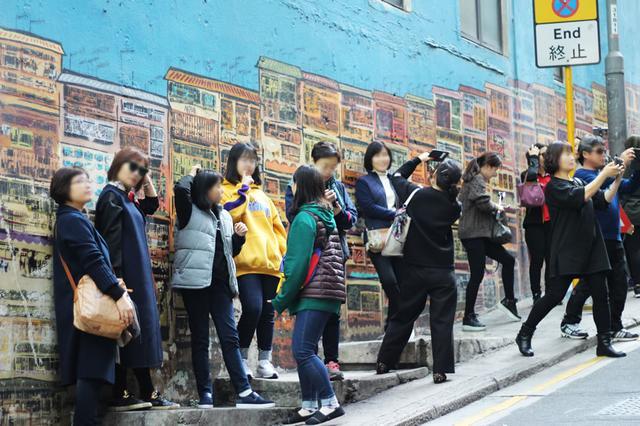 画像: 店周辺は、壁画アートの撮影スポットとして人気を集めている