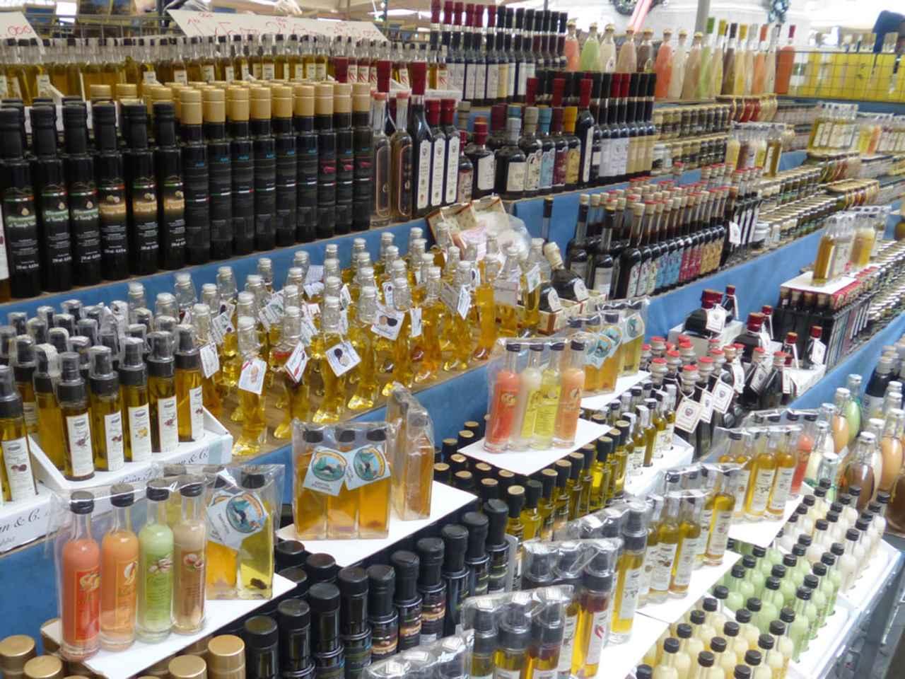 画像: ずらりと並んだオリーブオイル。お土産にピッタリなものが、手ごろな値段で見つかるのも市場ならではのお楽しみ