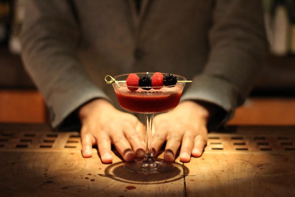 画像: ジンをベースに、木苺や柚子、イタリアのスパークリングワインを使った「Berrylicious」というカクテル