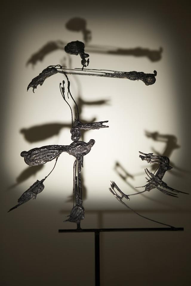 画像: 『寂』(2007)。鉄の立体となった書が、影をつくり空間に浮かび上がる