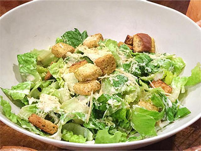 画像: シーザーサラダはごく普通のシーザーサラダ。