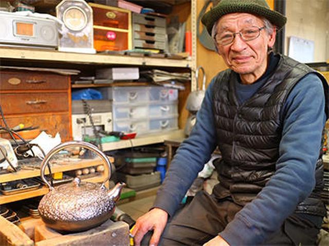 画像: お話を伺った南部鉄器伝統工芸士会会長でもいらっしゃる田山和康さん 左下にあるのは砂鉄の鉄瓶