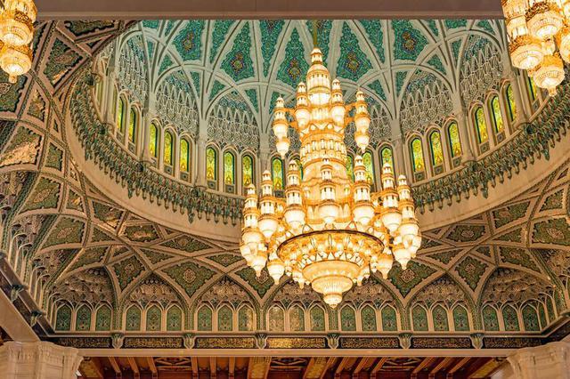 画像: オマーン、スルタンカブースグランドモスクの美しいモザイクの天井(©Richard Yoshida, Shutterstock.com)