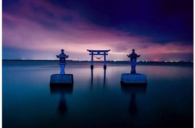 画像: 夕やけの「永尾劔神社」鳥居