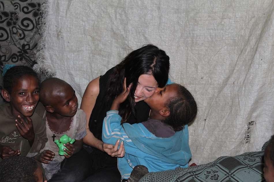 画像: エチオピアで現地の子どもたちに囲まれるヨシダさん