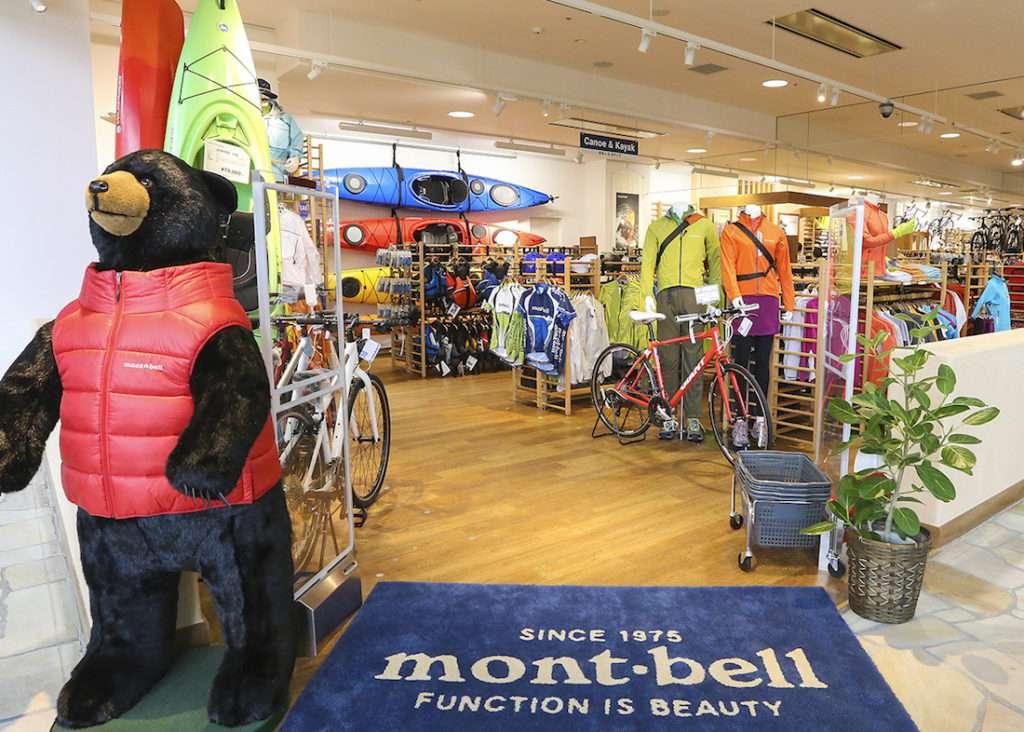 画像: モンベルでは、アウトドアウェアからバックパックやテントなどの道具、さらには自転車や山関連の書籍まで幅広く扱う