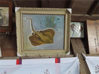 画像: 本殿には多くのエイの絵が展示