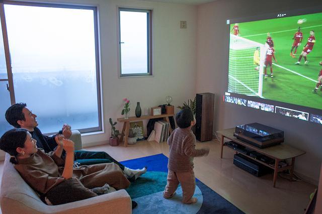 画像: DAZNのサッカー中継を大画面で見ると臨場感がすごい