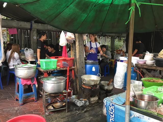 画像: バンコクで訪れた屋台。「屋台料理 × ワイン」も意外におすすめ