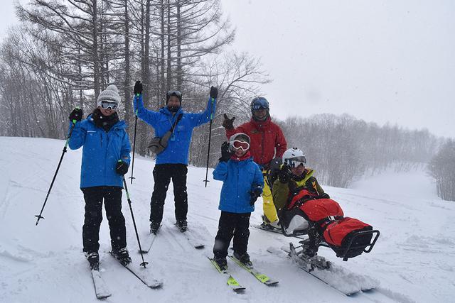画像: ツアー参加者の中にはみんなでスキーを楽しむ家族も!