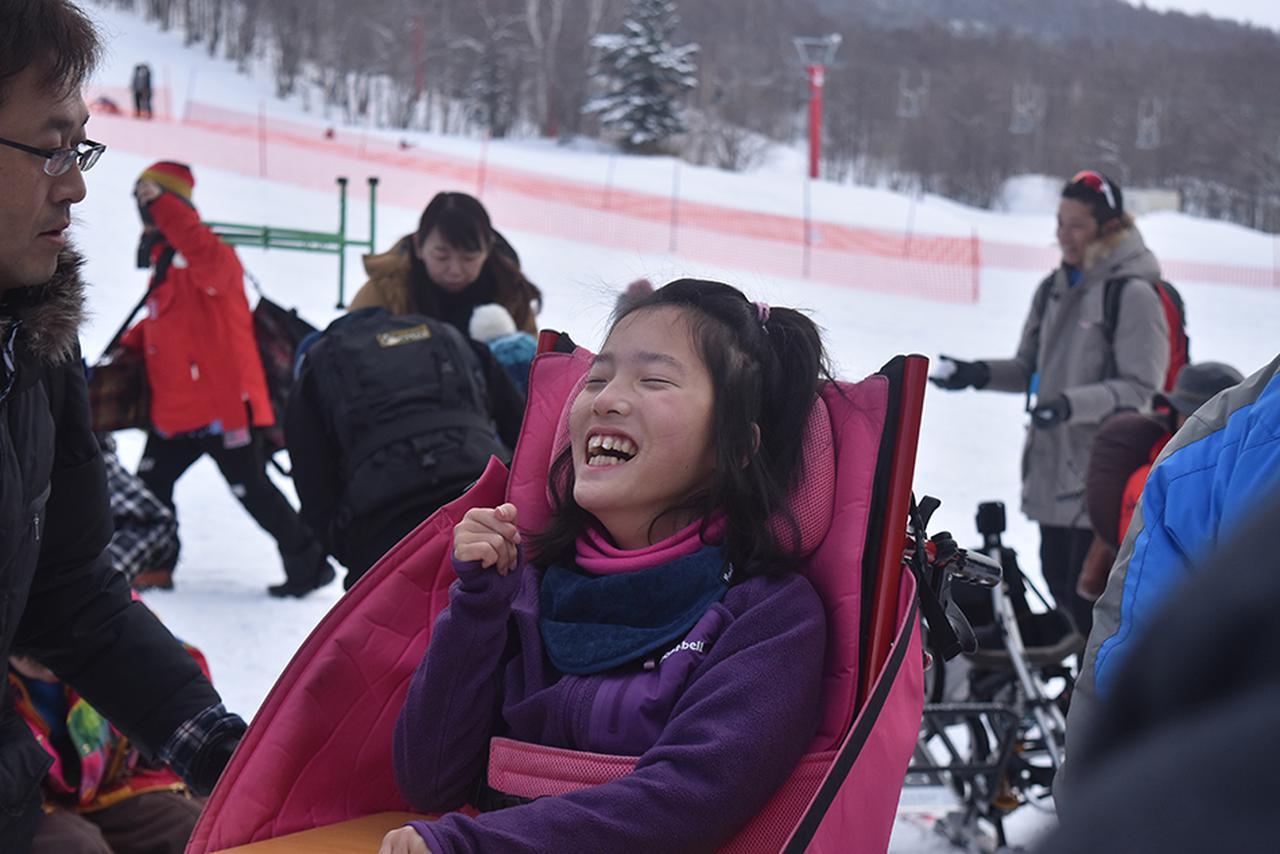 画像: 雪山でスキーを楽しみ、はじける笑顔の地引さん(娘)